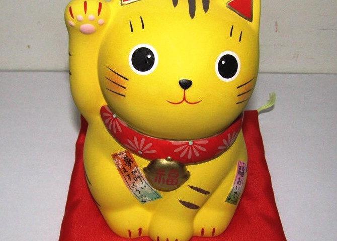 黄色い招き猫の画像です。